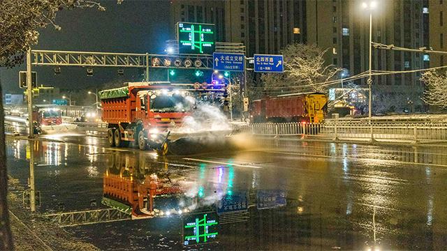沈陽初雪:環衛人員連夜清掃 確保市民正常出行